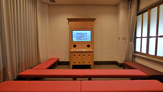 1F) First video room